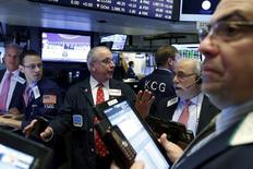 Operadores trabajando en la Bolsa de Nueva York, 11 de noviembre de 2015. Los índices de acciones en Estados Unidos operaban con pocos cambios el martes porque el hundimiento en los precios del crudo presionaba al sector de la energía, lo que opacaba ganancias mejores a las esperada de Wal-Mart y Home Depot. REUTERS/Brendan McDermid