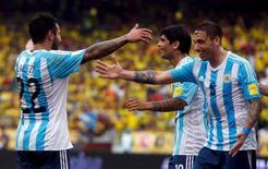 Biglia (D) comemora gol da Argentina contra a Colômbia em Barranquilla. 17/11/2015. REUTERS/John Vizcaino