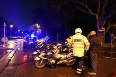 Полиция у стадиона в Ганновере 17 ноября. 2015 года. Футбольный матч между сборными Германии и Нидерландов, на котором должна была присутствовать канцлер Германии Ангела Меркель, был отменен во вторник за два часа до начала из-за угрозы взрыва. REUTERS/Fabian Bimmer