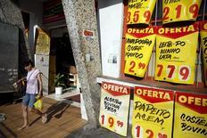 Женщина у рынка в Рио-де-Жанейро. 24 сентября 2015 года. Экономическая активность в Бразилии сократилась четвёртый квартал подряд, свидетельствуют данные Центробанка страны, подтверждающие, что крупнейшая экономика Латинской Америки всё глубже погружается в рецессию. REUTERS/Pilar Olivares