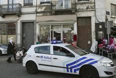 Полицейская машина патрулирует брюссельский район Моленбек. 18 ноября 2015 года. Полиция провела серию рейдов в Брюсселе в четверг, чтобы получить информацию об одном из парижских смертников, и задержала одного человека, сообщила бельгийская прокуратура. REUTERS/Youssef Boudlal
