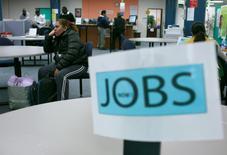 Les inscriptions hebdomadaires au chômage ont diminué la semaine dernière à 271.000 aux Etats-Unis dans des proportions conformes aux attentes des économistes et elles continuent de témoigner de la robustesse du marché du travail, un facteur susceptible de conforter la Réserve fédérale dans ses projets de hausse des taux d'intérêt en décembre. /Photo d'archives/REUTERS/Robert Galbraith