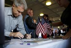 Una persona buscando empleo llena un formulario en una feria de trabajo en San Francisco, California, 25 de agosto de 2015. El número de estadounidenses que presentaron nuevas solicitudes de subsidios por desempleo disminuyó la semana pasada, lo que apunta a un mercado laboral razonablemente robusto. REUTERS/Robert Galbraith