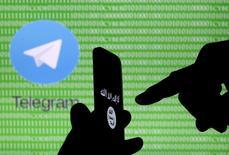 Le service de messagerie mobile Telegram a fermé en urgence des canaux de diffusion utilisés par le groupe Etat islamique pour promouvoir sa cause et recruter des adhérents, mais l'organisation djihadiste continue semble-t-il à créer de nouveaux réseaux tout aussi vite.. /Photo prise le 18 novembre 2015/REUTERS/Dado Ruvic