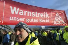 Day shift workers and members of Germany's engineering and metal workers union IG Metall (IGM) of the Ford car factory in the Cologne suburb of Niehl, stage a temporary walkout during a warning strike in protest for higher wages January 29, 2015. REUTERS/Wolfgang Rattay