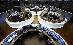 Помещение фондовой биржи во Франкфурте-на-Майне. 4 ноября 2015 года. Европейские акции растут в пятницу и могут продемонстрировать лучшую неделю за ноябрь, но рост задержали продажи больших долей в нескольких ведущих компаниях. REUTERS/Ralph Orlowski