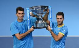 Netherlands' Jean Julien Rojer (R) and Romania's Horia Tecau celebrate with the trophy after winning the final Action Images via Reuters / Tony O'Brien