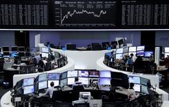 Operadores trabajando en la Bolsa de Fráncfort, Alemania, 16 de noviembre de 2015. Las bolsas europeas abrieron a la baja el lunes, arrastradas por la caída sostenida de los precios de las materias primas y los valores energéticos por el temor sobre la demanda. REUTERS/Remote/Staff