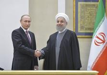 Russian President Vladimir Putin (L) shakes hands with his Iranian counterpart Hassan Rouhani during a news conference after the talks in Tehran, Iran, November 23, 2015. REUTERS/Alexei Druzhinin/Sputnik/Kremlin