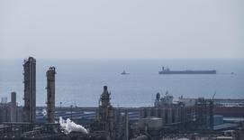 Инфраструктура месторождения Южный Парс в порту Ассалуйе. 19 ноября 2015 года. Цены на нефть растут после падения российского бомбардировщика в Сирии и за счет ослабления доллара. REUTERS/Raheb Homavandi/TIMA