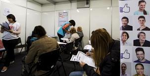 Personas rellenando formularios de empleo en Sao Paulo. 11 de mayo de 2015. La tasa de desempleo en Brasil subió a un 8,9 por ciento en el tercer trimestre y marcó un nuevo nivel histórico de la serie iniciada en el 2012, según la Encuesta Nacional de Hogares (PNAD) divulgada el martes por el Instituto Brasileño de Geografía y Estadística (IBGE). REUTERS/Paulo Whitaker