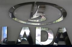 Логотип Lada в автосалоне в Санкт-Петербурге 9 июля 2014 года. Крупнейший российский автопроизводитель Автоваз прогнозирует продажи автомобилей Lada в РФ на уровне 280.000 штук в 2015 году, сообщили российские агентства со ссылкой на вице-президента по продажам и маркетингу Дениса Петрунина. REUTERS/Alexander Demianchuk