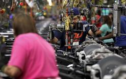 Usine au Texas. La croissance économique aux Etats-Unis a été plus vigoureuse qu'estimé initialement au troisième trimestre, faisant ressortir un produit intérieur brut en progression de 2,1% en rythme annualisé. Cela pourrait conforter la Réserve fédérale dans ses projets de relèvement des taux d'intérêt en décembre. /Photo prise le 9 juin 2015/REUTERS/Mike Stone