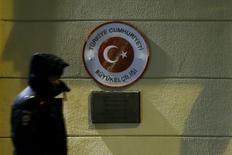 Полицейский у посольства Турции в Москве 24 ноября 2015 года. Российское Минобороны сообщило во вторник, что заявило официальный протест военному атташе Турции после того, как российский самолет был сбит авиацией турецких ВВС. REUTERS/Maxim Shemetov