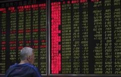 Инвестор в брокерской конторе в Пекине. 25 сентября 2015 года. Китайский высокотехнологичный индекс ChiNext подскочил почти на 3 процента до четырехмесячного максимума в среду, потянув за собой весь рынок, который сначала снижался под давлением циклических акций. REUTERS/China Daily
