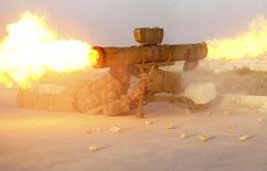 Сирийский боевик стреляет из противотанкового орудия в Алеппо. 14 ноября 2013 года. Сирийский военный источник сказал, что повстанцы активно используют американские противотанковые ракеты, оплаченные Саудовской Аравией и поставленные через Турцию в последние недели, и это оружие оказывает влияние на боевые действия. REUTERS/Molhem Barakat