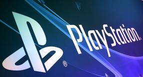 Логотип Sony PlayStation на выставке Electronic Entertainment Expo, или E3, в Лос-Анджелесе, 17 июня 2015 года. Sony Corp сообщила в среду, что продажи игровой консоли PlayStation 4 превысили 30,2 миллиона штук по данным на 22 ноября, поскольку глобальные снижения цен накануне сезона зимних праздников усилили спрос. REUTERS/Lucy Nicholson