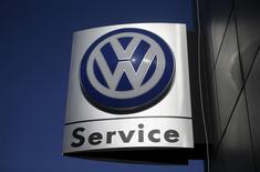 El logo de Volkswagen en una de sus concesionarias en Seúl, Corea del Sur, 5 de octubre de 2015. Corea del Sur se convirtió en el primer país fuera de Estados Unidos en castigar a Volkswagen AG por las pruebas de emisiones fraudulentas, imponiendo al fabricante automotriz una multa récord y ordenando la revisión de 125.522 vehículos.  REUTERS/Kim Hong-Ji