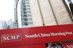 Un cartel del diario South China Morning Post (SCMP) visto en Hong Kong, China, 26 de noviembre de 2015. El gigante chino del comercio electrónico Alibaba Group Holding Ltd contactó a la firma editora del periódico de Hong Kong South China Morning Post para discutir la compra de sus activos de medios, dijo el jueves una fuente familiarizada con el tema. REUTERS/Tyrone Siu