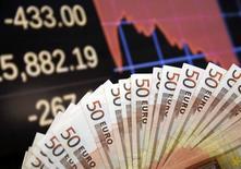 L'Allemagne et les Pays-Bas, qui ont de gros excédents de leur balance des comptes courants, devraient investir davantage pour contribuer à relancer la croissance économique dans la zone euro, juge la Commission européenne. /Photo prise le 9 mars 2015/REUTERS/Dado Ruvic