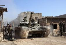 """Правительственные войска празднуют успешную операцию в Алеппо. 10 февраля 2014 года. Министр иностранных дел Франции Лоран Фабиус сказал в пятницу, что войска, подконтрольные президенту Сирии Башару Асаду, могут быть задействованы в борьбе с """"Исламским государством"""", однако напомнил, что Франция продолжает настаивать на уходе Асада. REUTERS/George Ourfalian"""