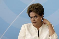 La présidente brésilienne, Dilma Rousseff, va geler 10 milliards de reals (2,5 milliards d'euros) de dépenses publiques, le gouvernement n'étant pas parvenu à s'assurer le feu vert du Congrès à une révision des objectifs d'économies budgétaires fixés pour cette année. /Photo prise le 24 novembre 2015/REUTERS/Ueslei Marcelino