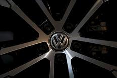 Логотип Volkswagen на колесе автомобиля Golf  в дилекрском центре в Сеуле 25 ноября 2015 года. Автоконцерну Volkswagen придется в одной только Германии отозвать 2,46 миллиона автомобилей, в которых было установлено программное обеспечение, сообщающее неверную информацию об уровне токсичных выбросов, сообщила газета Die Welt в понедельник. REUTERS/Kim Hong-Ji
