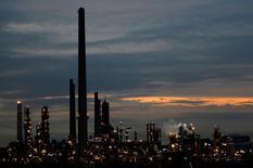 La Banque mondiale a lancé une initiative pour expérimenter de nouveaux mécanismes financiers destinés à réduire les émissions de gaz à effet de serre (GES) et à aider les pays en développement à lutter contre le changement climatique. Il s'agit d'accompagner les pays dans la réalisation des plans d'action climatique présentés aux Nations Unies en amont de la conférence de Paris sur le climat. /Photo d'archives/REUTERS/Siphiwe Sibeko