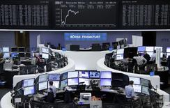 Hormis une Bourse de Londres plombée par son vaste secteur minier, les Bourses européennes sont en hausse de 0,5% à 1% lundi vers la mi-séance, notamment emmenées par les secteurs automobile et technologique. Le CAC 40 avançait de 0,7% vers 11h50 GMT, le Dax de 0,99% mais le FTSE reculait de 0,1%. /Photo prise le 30 novembre 2015/REUTERS
