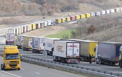 Грузовики на границе Болгарии и Турции 12 февраля 2014 года. Около 1.250 грузовиков, везущих товары из Турции, остановлены на российской границе и ожидают разрешения на въезд на пограничных постах, сообщил Рейтер высокопоставленный представитель Ассоциации международных перевозчиков Турции в понедельник. REUTERS/Tihomir Petkov
