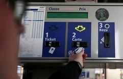 Les sociétés concessionnaires des autoroutes françaises devraient appliquer à leurs tarifs une augmentation moyenne un peu supérieure à 1% au premier février 2016 malgré une inflation proche de zéro comme base de calcul, rapporte mardi le journal Les Echos. /Photo d'archives/REUTERS/Régis Duvignau