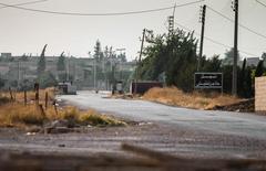 """Оставленный боевиками ИГ блокпост в Тель-Абьяде в сирийской провинции Эр-Ракка. 15 июня 2015 года. Белый дом сказал в понедельник, что наблюдается """"некоторая интенсификация"""" российских авиаударов по джихадистам """"Исламского государства"""" в Сирии в последние несколько недель. REUTERS/Rodi Said"""