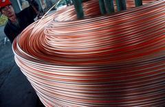 Un empleado desenrolla cobre en una fábrica en Nantong, 18 de junio de 2011. Los 10 principales productores de cobre de China pidieron al Gobierno que compre metal para su reserva estratégica, uniéndose a un creciente coro en la golpeada industria de los metales del país que está pidiendo intervención estatal para elevar precios que operan en mínimos de varios años. REUTERS/China Daily