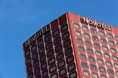 AccorHotels gagne plus de 3% vers 13h à la Bourse de Paris. Le groupe a racheté trois portefeuilles d'actifs en Europe représentant 29 hôtels, soit 3.677 chambres, pour un montant total de 284 millions d'euros. /Photo prise le 11 octobre 2015/REUTERS/John Schults
