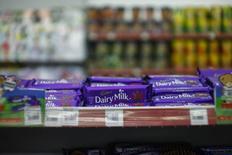 Chocolates de la marca Cadbury, en una tienda en Shah Alam, en las afueras de Kuala Lumpur, 11 de junio de 2014. Mondelez International Inc, propietario de la marca de chocolates Cadbury, contrató a banqueros para estudiar la venta de una serie de productos de confitería y activos en Reino Unido, Francia, España y Holanda, informó Sky News. REUTERS/Samsul Said