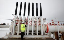 Un trabajador revisando un gasoducto al oeste de Ankara, feb 14, 2012. Rusia podría congelar sus trabajos en el proyecto del gasoducto Turkish Stream por varios años en represalia contra Ankara por el derribo de un avión de combate, dijeron a Reuters dos fuentes del gigante del gas ruso Gazprom  REUTERS/Umit Bektas