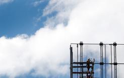 La croissance de l'économie australienne a accéléré à 0,9% au troisième trimestre, après +0,3% au deuxième, grâce à un bond des exportations et à de solides dépenses de consommation des ménages. Sur un an, le produit intérieur brut (PIB) a progressé de 2,5%. /Photo d'archives/REUTERS/Tim Wimborne