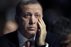 """Президент Турции Тайип Эрдоган на климатической конференции под Парижем 30 ноября 2015 года. Высокопоставленные чины российского Минобороны в среду показали журналистам кадры космической разведки и огласили то, что назвали доказательствами утверждения Кремля о причастности лидера Турции к нефтяному бизнесу с """"Исламским государством"""". REUTERS/Christian Hartmann"""
