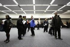 Personas asisten a una feria de trabajos en Detroit, Michigan, 1 de marzo de 2014. El número de estadounidenses que presentaron nuevas solicitudes de subsidios estatales por desempleo subió la semana pasada, pero permaneció en niveles consistentes con un fortalecimiento del mercado laboral. REUTERS/Joshua Lott