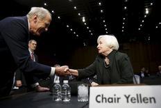 La présidente de la Réserve fédérale américaine, Janet Yellen, a dressé jeudi un tableau optimiste de la situation économique aux Etats-Unis en ouverture de son audition par une commission du Congrès, alors que la banque centrale se prépare à relever ses taux d'intérêt pour la première fois depuis près de dix ans.  /Photo prise le 3 décembre 2015/REUTERS/Gary Cameron