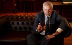 Глава Лукойла Вагит Алекперов дает интервью Рейтер в Софии. 19 мая 2015 года. У России очень мало возможностей сокращать добычу нефти – суровые зимние условия и обводненные месторождения делают это почти невозможным вопреки призывам ОПЕК действовать согласованно с картелем, чтобы поддерживать цены, сказал глава Лукойла Вагит Алекперов в интервью Рейтер. REUTERS/Stoyan Nenov