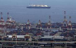 СПГ-танкер у порта Иокогамы. 4 сентября 2015 года. Избыток сжиженного газа (СПГ) в Азии усилится в 2016 году, так как новые производственные мощности начнут работу как раз в тот момент, когда спрос в Японии, Южной Корее и Китае снижается. REUTERS/Yuya Shino