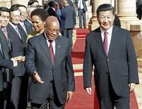 Председатель КНР Си Цзиньпин и президент ЮАР Джейкоб Зума в Претории. 2 декабря 2015 года. Председатель КНР Си Цзиньпин сказал президентам африканских стран на саммите в пятницу, что его страна выделит $60 миллиардов в течение трех лет для финансирования развития на континенте. REUTERS/Sydney Seshibedi