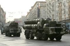 Зенитно-ракетная система С-300 на репетиции военного парада в Москве. 4 мая 2009 года. Израиль негласно исследовал способы преодоления усовершенствованной системы противовоздушной обороны, которую Россия разместила на Ближнем Востоке и которая может ограничить возможность Израиля наносить удары по Сирии и Ирану, сообщили военные и дипломатические источники. REUTERS/Alexander Natruskin