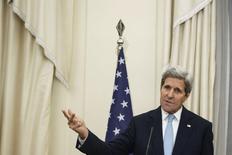 """Госсекретарь США Джон Керри на пресс-конференции в Афинах. 4 декабря 2015 года. Госсекретарь США Джон Керри заявил в пятницу, что, возможно, удастся наладить сотрудничество между сирийским правительством  и повстанцами в борьбе с боевиками """"Исламского государства"""" без ухода президента Сирии Башара Асада со своего поста. REUTERS/Alkis Konstantinidis"""