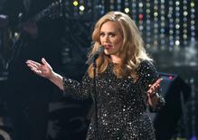 """Cantora Adele canta """"Skyfall"""" durante cerimônia da Academy Awards, em Hollywood, na Califórnia. 24/02/2013 REUTERS/Mario Anzuoni"""