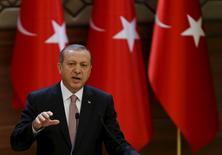 Президент Турции Тайип Эрдоган выступает с речью в президентском дворце в Анкаре. 26 ноября 2015 года. Раздор Москвы и Анкары из-за сбитого российского бомбардировщика не повлиял на совместные энергетические проекты, сказал в субботу президент Турции Тайип Эрдоган. REUTERS/Umit Bektas