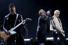 Membros do U2 durante apresentação em Paris.  06/12/2015  REUTERS/Benoit Tessier