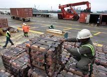 Un trabajador portuario revisa un cargamento de cobre listo para ser exportado, en el puerto de Valparaíso, Chile. 21 de agosto de 2006. El valor de las exportaciones chilenas de cobre registró una caída interanual del 9,1 por ciento en noviembre, impactado por la sostenida debilidad de los precios en el mercado internacional, informó el lunes el Banco Central. REUTERS/Eliseo Fernandez