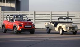 L'E-Méhari et à droite son illustre ancêtre, la Méhari lancée en 1968. Le groupe PSA Peugeot Citroën commercialisera ce cabriolet à la silhouette ludique l'an prochain. /Photo prise le 7 décembre 2015/REUTERS/Charles Platiau  - RTX1XLX5